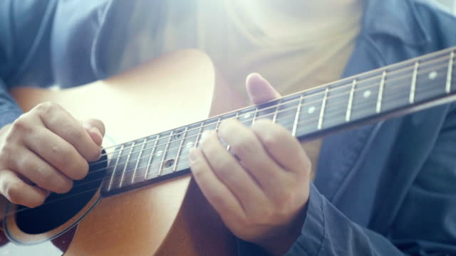 musician : close-up hand playing guitar - chitarra video stock e b–roll