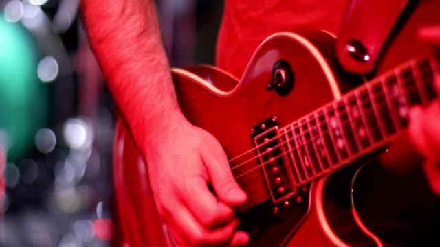 musikern gitarrist spelar gitarr på scenen - gitarrist bildbanksvideor och videomaterial från bakom kulisserna