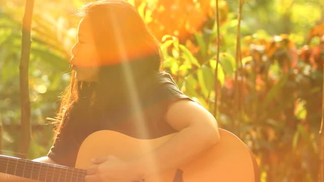 vídeos y material grabado en eventos de stock de músico en sueños - ojo morado
