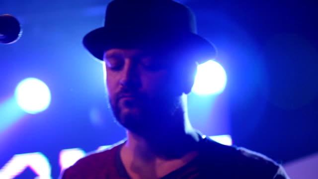 vídeos de stock, filmes e b-roll de músico no palco - músico pop