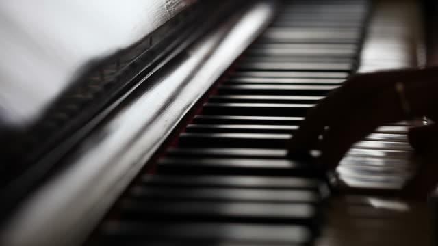 vídeos de stock e filmes b-roll de tocar piano músico - piano