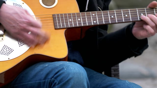 musiker som spelar gitarr i 4k slow motion 60fps - gitarrist bildbanksvideor och videomaterial från bakom kulisserna