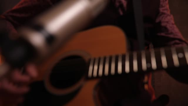 musiker spelar gitarr i studio - akustisk gitarr bildbanksvideor och videomaterial från bakom kulisserna