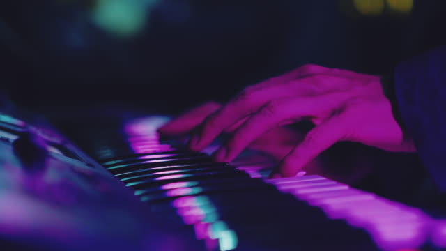 vidéos et rushes de musicien jouant le clavier en concert. bangkok, thaïlande. - synthétiseur
