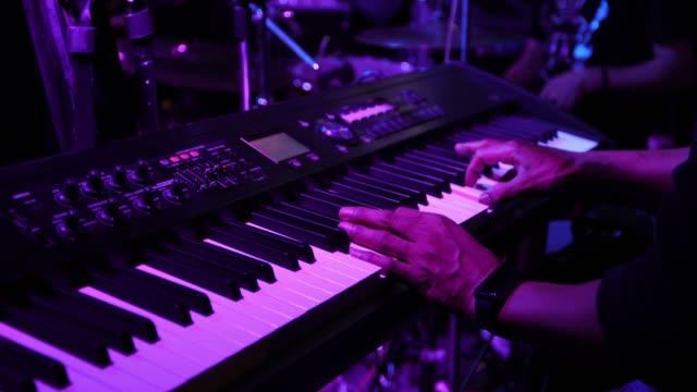 vidéos et rushes de clavier de jeu musicien en concert - synthétiseur