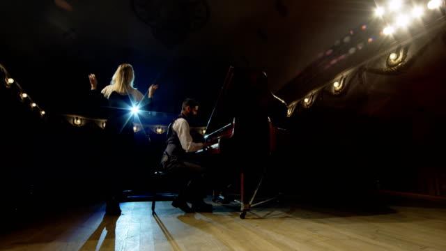 劇場の舞台で演奏 - オペラ点の映像素材/bロール