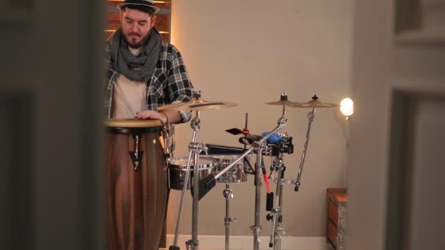 vidéos et rushes de musicien jouant à la batterie - instrument à percussion