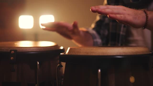vídeos de stock e filmes b-roll de musician playing on drums - bateria instrumento de percussão