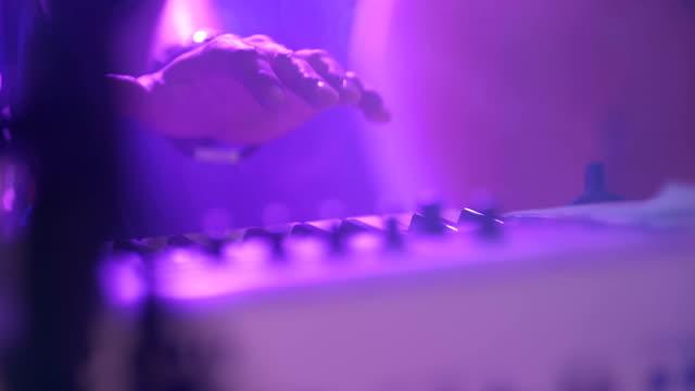 vidéos et rushes de synthétiseur de lecture musicien - synthétiseur