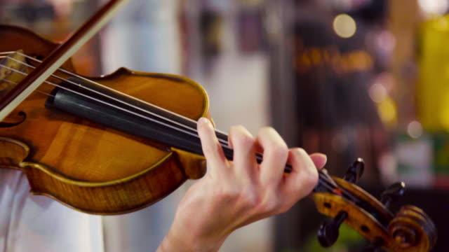 vídeos de stock, filmes e b-roll de músico que joga o violino no mercado nocturno da rua em tailândia. - arte, cultura e espetáculo
