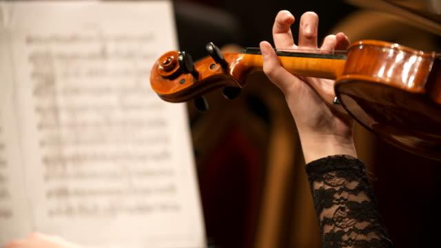 vídeos de stock, filmes e b-roll de músico tocando violino - arte, cultura e espetáculo