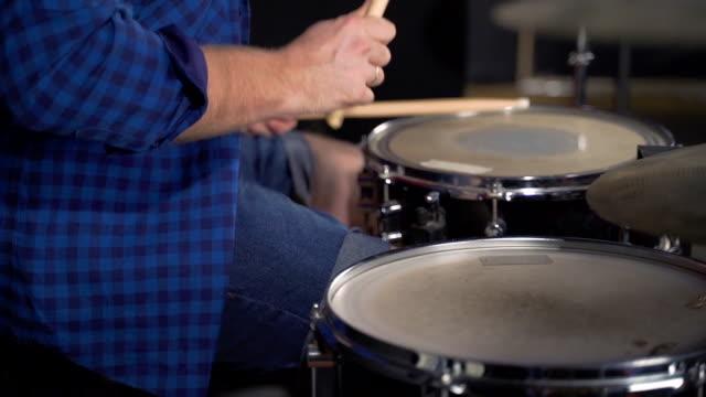 musiker spelar drams i slow motion - trumset bildbanksvideor och videomaterial från bakom kulisserna