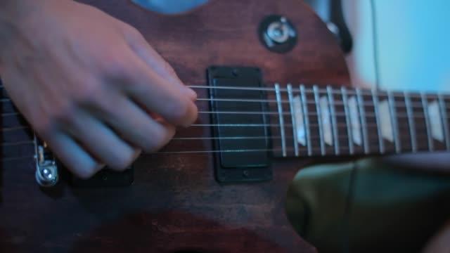 musiker spelar strängar av en gitarr medan du spelar in ett nytt album - akustisk gitarr bildbanksvideor och videomaterial från bakom kulisserna