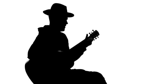 vídeos de stock, filmes e b-roll de músico silhueta cantando e tocando guitarra no concerto, lazer arte, talento - música acústica