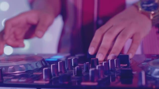 vídeos de stock, filmes e b-roll de músico - clubbing
