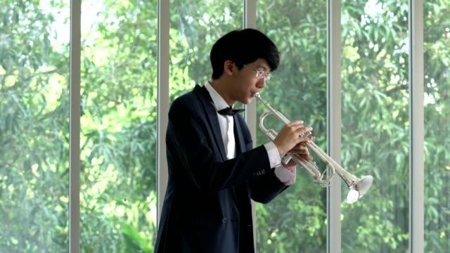 músicos estão praticando saxofone soprando - vídeo