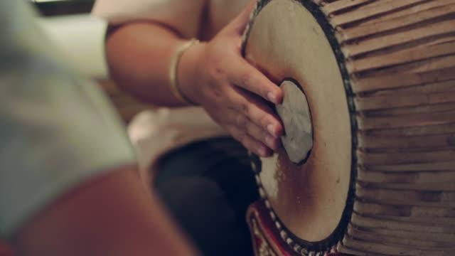 vídeos de stock, filmes e b-roll de músicos jogam o cilindro tailandês do estilo - arte, cultura e espetáculo