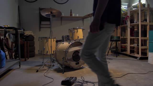 musiker bereiten sich auf probe in der garage vor - garage stock-videos und b-roll-filmmaterial