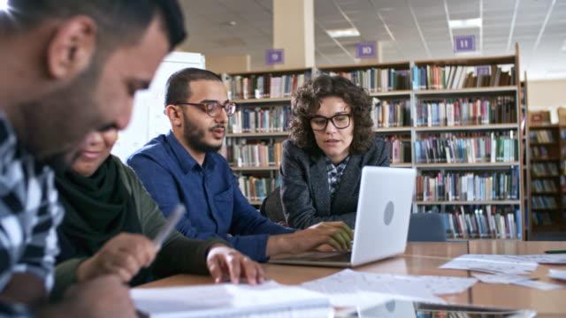 Musulmans adultes étudier au Collège avec l'enseignante - Vidéo