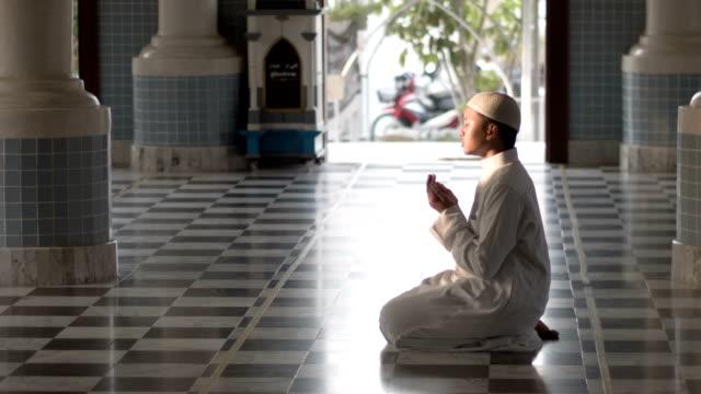 muslimsk pojke som ber i moskén - islam bildbanksvideor och videomaterial från bakom kulisserna