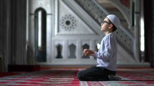 muslimische jungen beten in der moschee - islam stock-videos und b-roll-filmmaterial