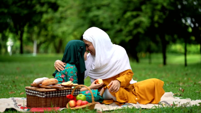 muslim daughter and mother having a good time - islam filmów i materiałów b-roll