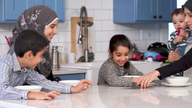 vídeos y material grabado en eventos de stock de familia musulmana comiendo el desayuno juntos - islam