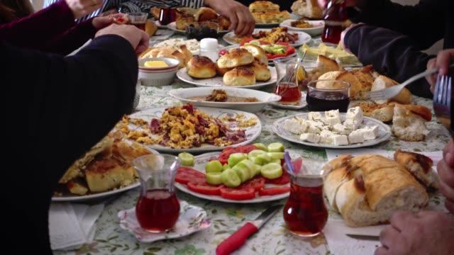 ramazan'dan sonra ramazan bayramını kutlayan müslüman aile birlikte kahvaltı yapıyor - kurban bayramı stok videoları ve detay görüntü çekimi