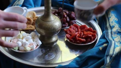 muzułmańska rodzina. iftar break fast spread składa się z wody, daktyle, suszone morele - data filmów i materiałów b-roll