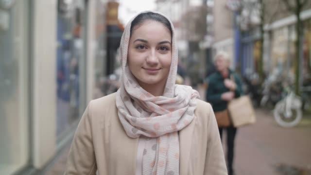 muslimsk flicka porträtt - hijab bildbanksvideor och videomaterial från bakom kulisserna