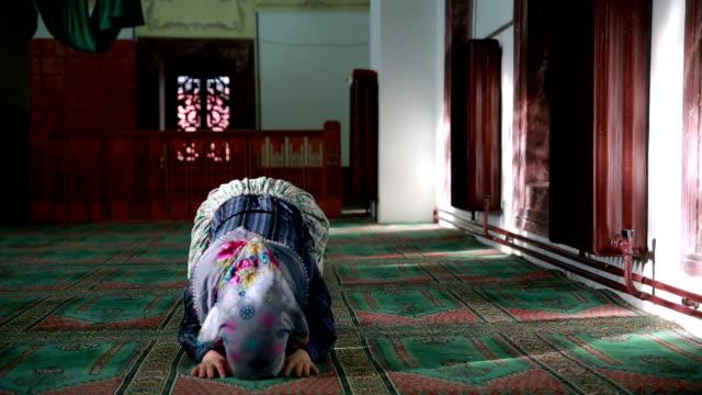 stockvideo's en b-roll-footage met moslim meisje bidden - koran