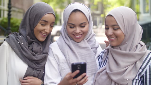 muslimska flickor kolla sociala medier - hijab bildbanksvideor och videomaterial från bakom kulisserna
