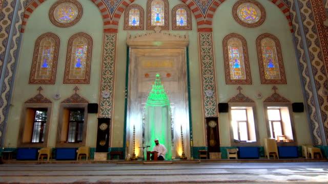 muslim man be i moskén - pilgrimsfärd bildbanksvideor och videomaterial från bakom kulisserna