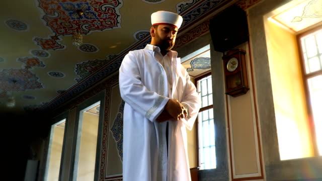 muslimska man prays - pilgrimsfärd bildbanksvideor och videomaterial från bakom kulisserna