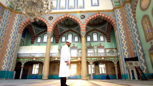 muslim man prays - ramadan kareem стоковые видео и кадры b-roll