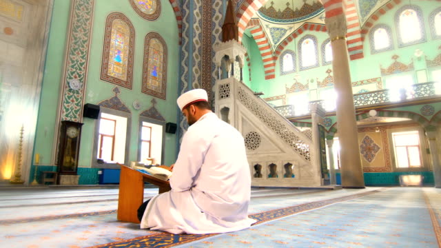 muslimska man prays - moské bildbanksvideor och videomaterial från bakom kulisserna