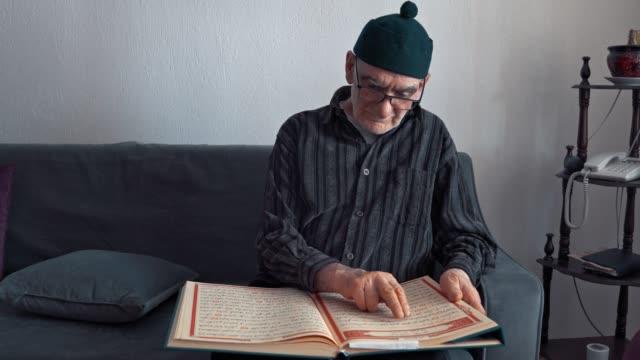 stockvideo's en b-roll-footage met moslimmens die quran leest en thuis in ramadan bidt, - koran