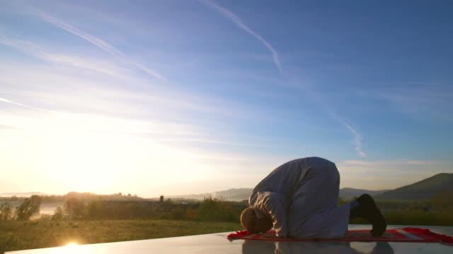 hd: muslim performing sujud - islam bildbanksvideor och videomaterial från bakom kulisserna
