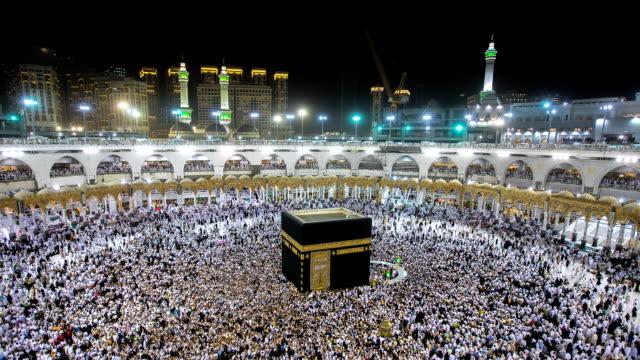 Peregrinos muçulmanos circundar a Kaaba em Masjidil Haram em Makkah, Arábia Saudita - vídeo