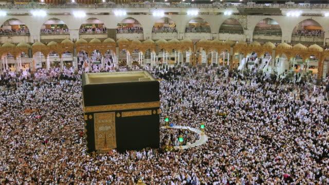 muslimska pilgrimer touring den heliga kaba i mekka i saudiarabien - pilgrimsfärd bildbanksvideor och videomaterial från bakom kulisserna