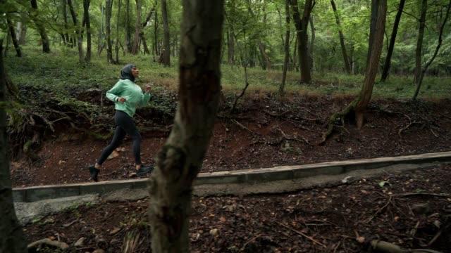 muslimsk sportig kvinna joggar - hijab bildbanksvideor och videomaterial från bakom kulisserna