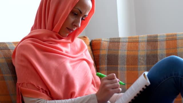 Muslimische Schüler lernen zu Hause – Video