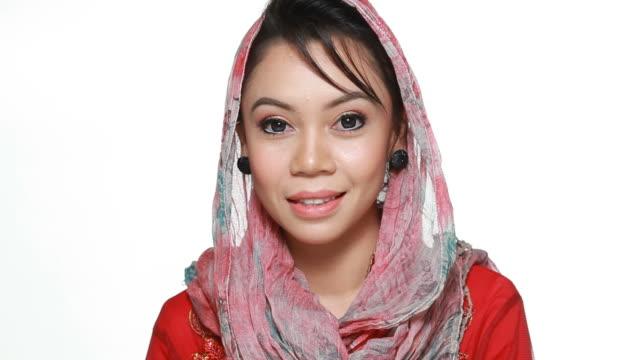 musulmana in hijab - abbigliamento religioso video stock e b–roll