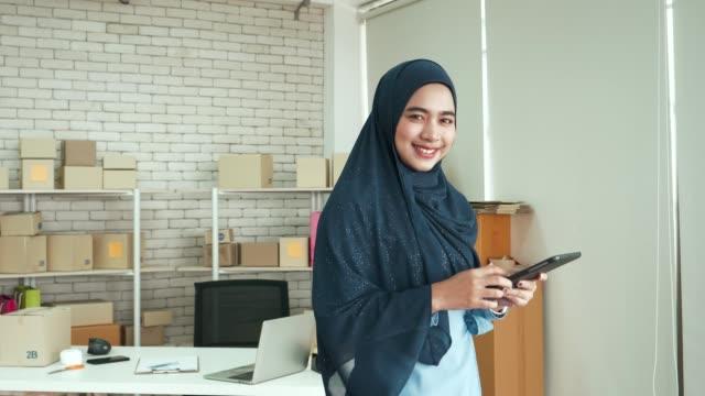 Propriétaires d'entreprises musulmanes utilisant des comprimés pour son entreprise - Vidéo