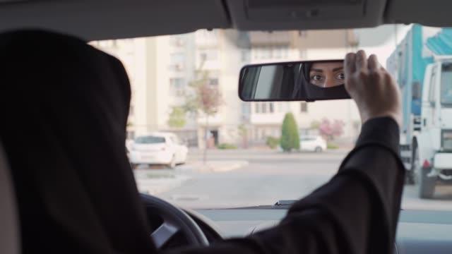 muslimische frau autofahren - nur frauen stock-videos und b-roll-filmmaterial