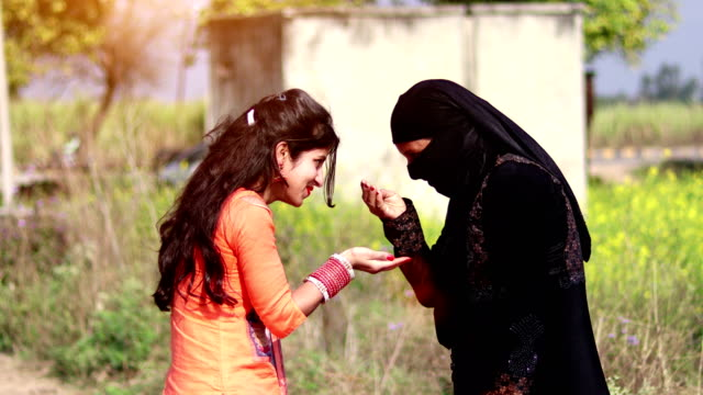 muslim woman & her daughter - costume tradizionale video stock e b–roll
