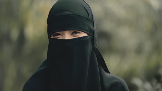 muslimsk kvinna i nationella kläder - endast en ung kvinna bildbanksvideor och videomaterial från bakom kulisserna