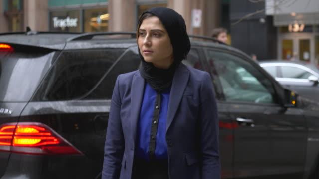 muslimsk kvinna i staden - anständig klädsel bildbanksvideor och videomaterial från bakom kulisserna