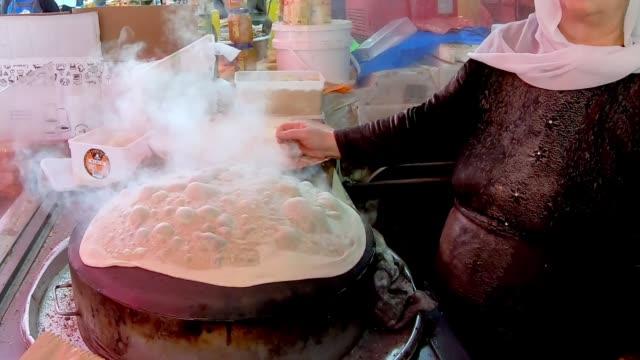 穆斯林婦女正在做以色列典型的餐與皮塔麵包 - lebanon 個影片檔及 b 捲影像