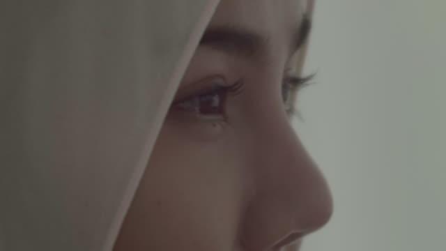 muslim woman portrait - cultura del medio oriente video stock e b–roll